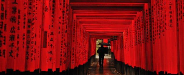 Tusentals röda portar tillägnade risförrådsguden Inari, Fushimi Inari Taisha, Kyoto