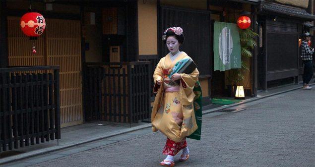 Maiko (geisha-lärling) som går längs Hanamikoji i Gion-området