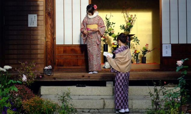Två kvinnor i kimono i november