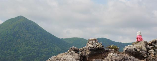 En Jizostatyett tittar ut över den döda Usorisjön